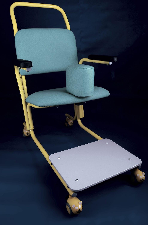 Stuhl auf Rollen / mit Armlehnen / für Personen mit eingeschränkter ...
