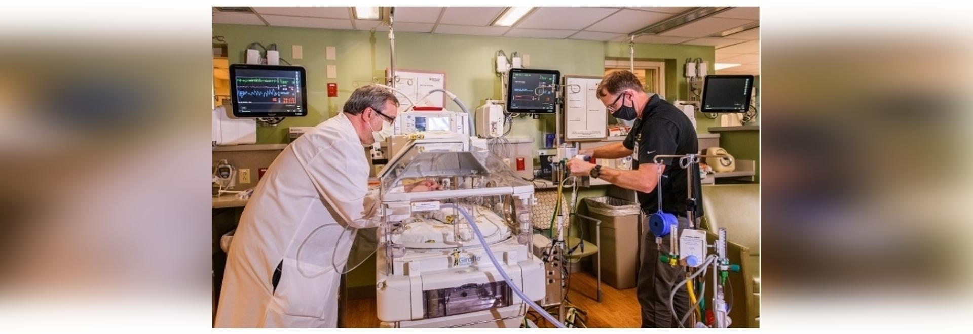 Foto: John Pardalos, links, und Roger Fales demonstrieren, wie das Gerät auf einer Neugeborenenstation funktionieren wird. Kredit: Universität von Missouri
