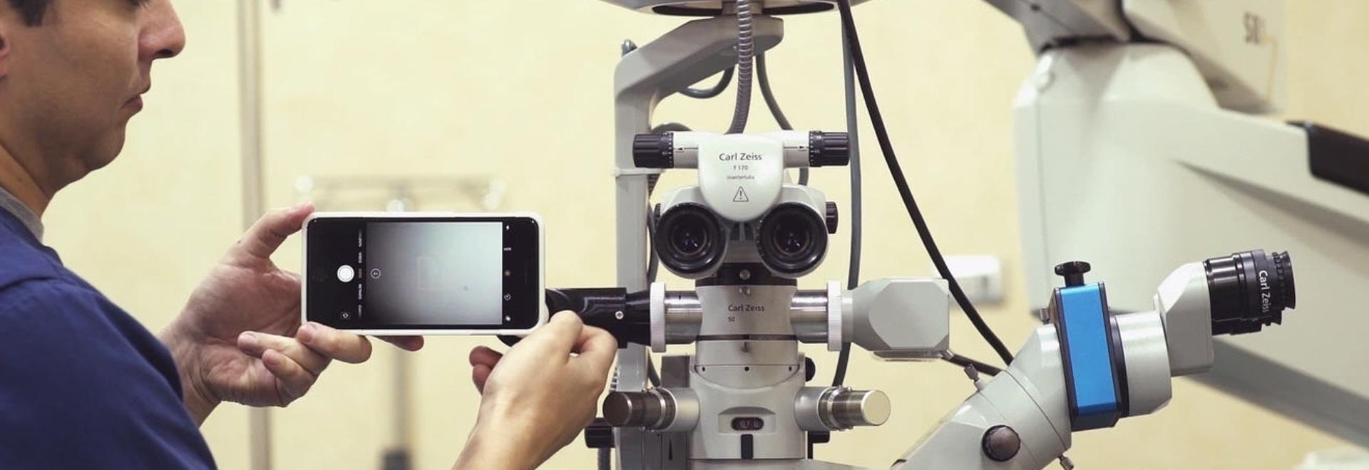MicroREC ist in der Lage, jedes Smartphone an die meisten auf dem Markt befindlichen Mikroskope anzuschließen und mikroskopische Operationen zu filmen.
