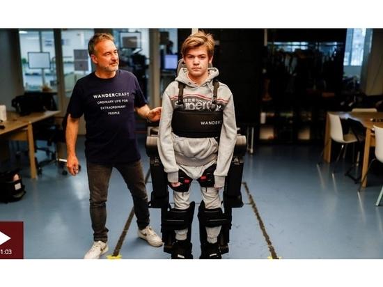 Vater baut Roboter-Exoskelett, um Sohn beim Laufen zu helfen